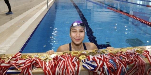 Tedavi amaçlı başladığı yüzmede rekor kırdı