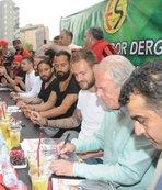 Mustafa Denizli ile futbolcular imza gününde