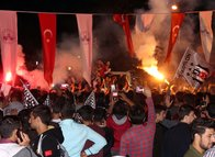 Beşiktaş taraftarı sokakları aktı