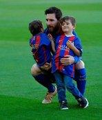 Messi imzayı atıyor