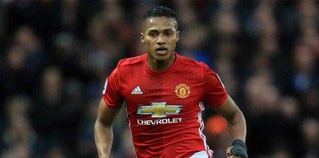 Man United, Valencia'nın sözleşmesini uzattı