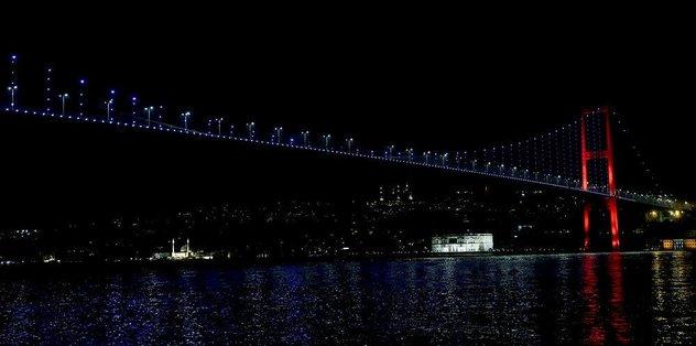 Şehitler Köprüsü Slovenya renklerine büründü!