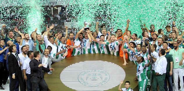 Atiker Konyaspor, kupayı kaldırdı