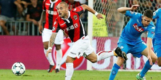 Napoli, Sneijder'e acımadı