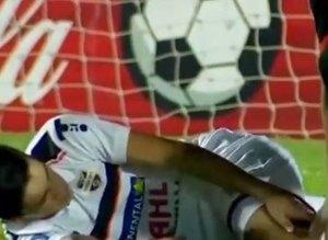 Ayağı kırılan futbolcunun annesi sahaya daldı!