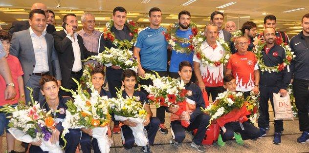 Şampiyon güreşçiler İstanbul'a geldi
