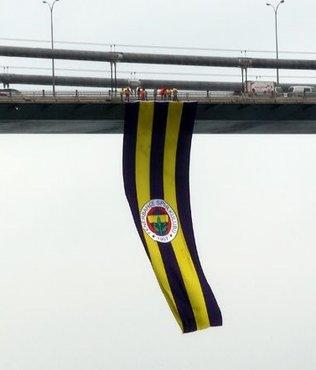 F.Bahçe bayrağı köprüye yeniden asıldı