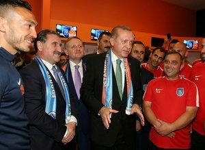 Cumhurbaşkanı Erdoğan, soyunma odasında tebrik etti