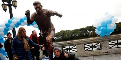 Messi'nin heykeline saldırdılar
