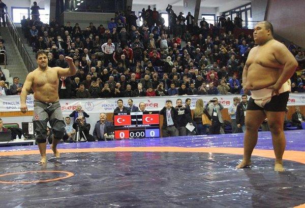 Recep Kara, Asya Şampiyonu sumo güreşçisini yendi