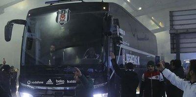Antalya'da Beşiktaş otobüsüne taşlı saldırı